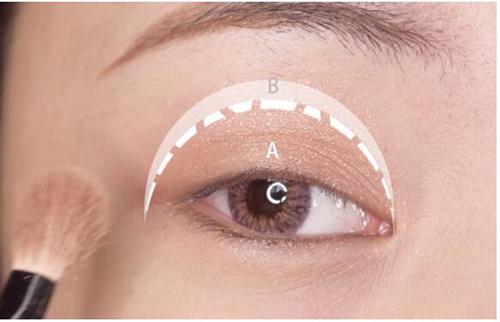 眼妆怎么画显眼睛大 紫色眼影怎么画好看图解