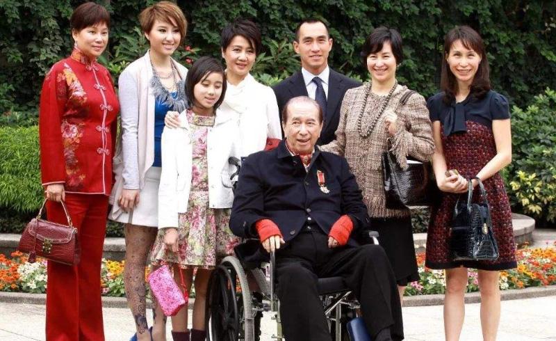 何鸿燊离世,二房长女带领家人召开记者发布会,家产争夺拉开序幕
