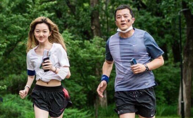 李嫣近照流出与爸爸一起跑步,身材气质完美遗传王菲,缺陷已不在
