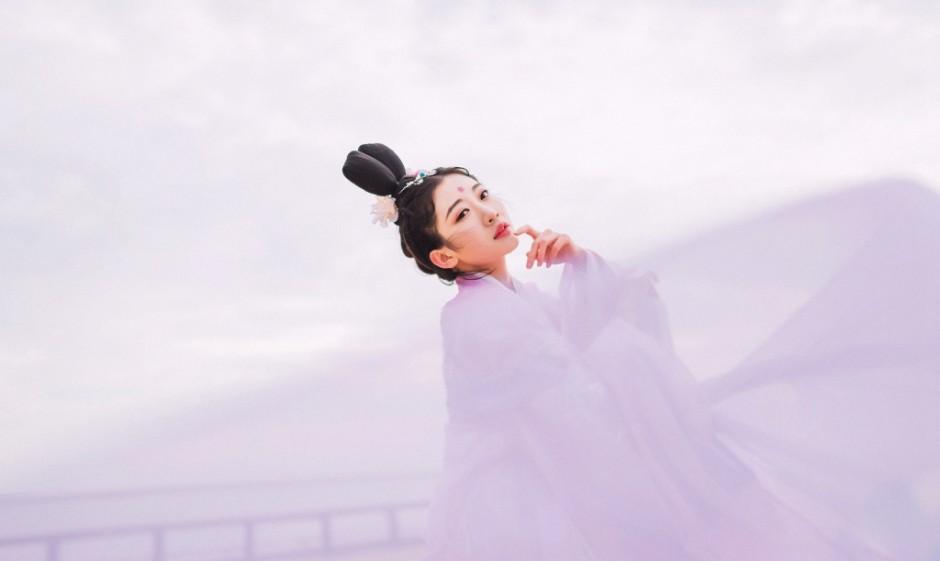 中国女艺术家行为艺术全裸睡铁丝36天 脱光令人