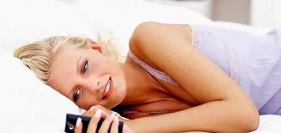 侧躺玩手机或短暂失明?你还在睡前玩手机吗