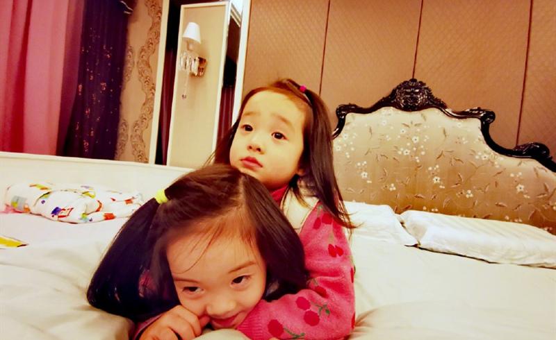 杨威杨云共同抵抗疫情,深入简出却让自己的三个儿女快乐如常