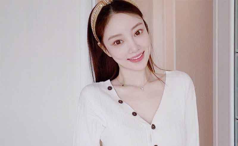 明星李小璐竟然现身网络直播,和网红主播一起卖货