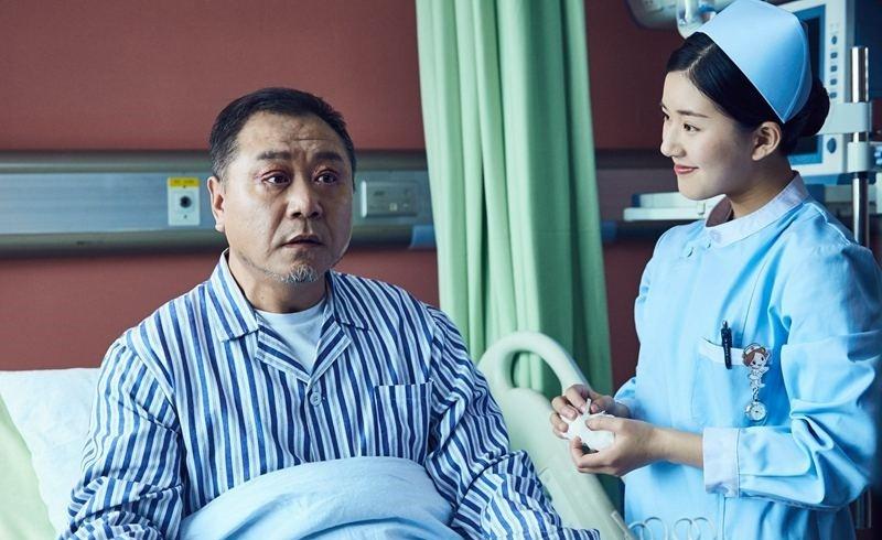 范伟和老婆恋爱多年最终走到一起,老婆用一生守护他们的爱情