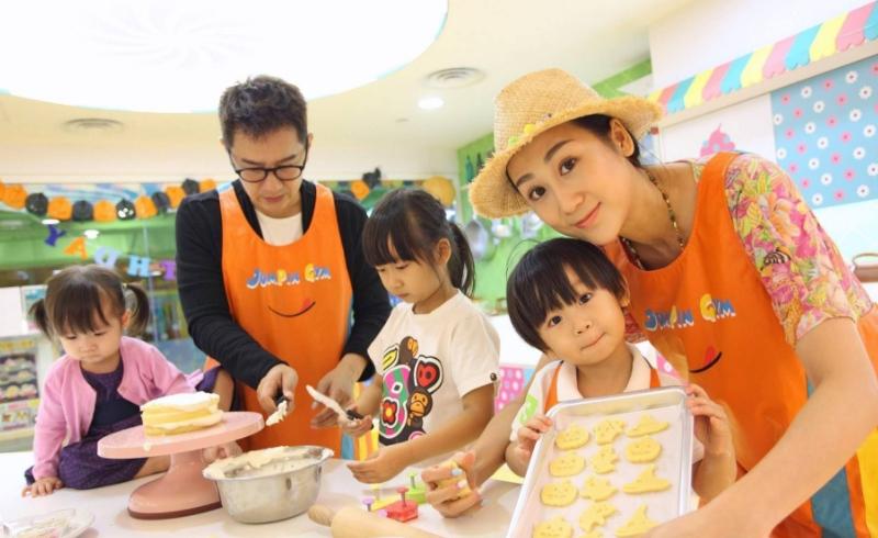 陈浩民四个孩子近照曝光,五岁女儿成颜值担当,蒋丽莎长腿太抢镜