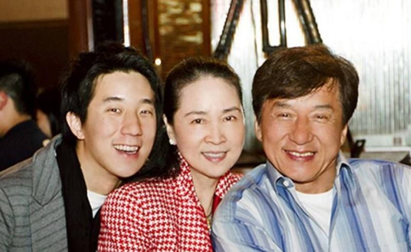 成龙生日之际与妻子二人甜蜜庆祝,房祖名凌晨发文为父亲云庆生