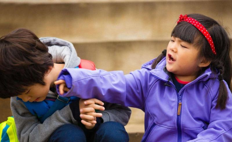 李湘晒王诗龄照片,小姑娘对镜头又蹦又跳,网友:王家有女初长成