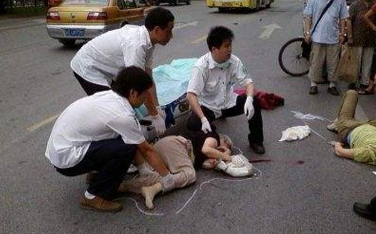 女子连撞7名老人 现在血迹淋淋令人惊心动魂
