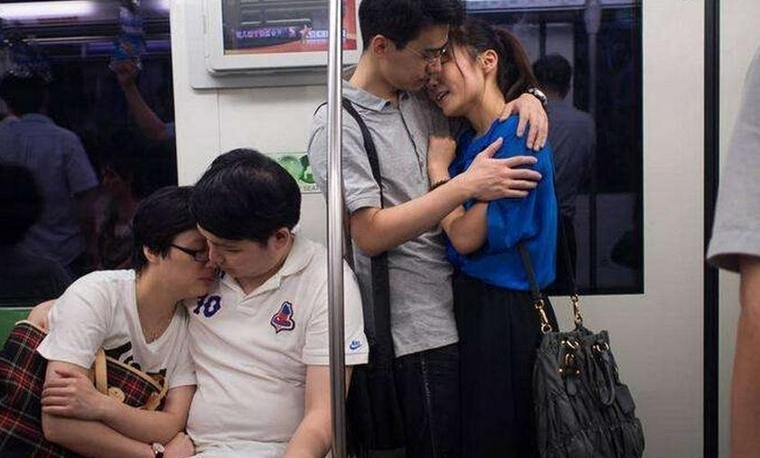 地铁上男女公开亲吻摸胸太不雅了 巨乳高耸白嫩