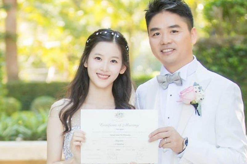 章泽天与刘强东怎么认识的 因朋友聚会一见钟情
