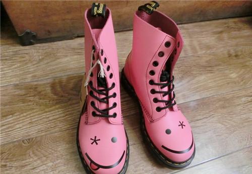 靴子怎么洗 不同颜色的靴子有不同的洗法