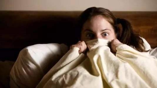 睡觉时身体突然抖一下的原因太吓人 令人不寒而立