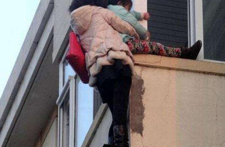 妈妈将4岁女儿扔下11楼后跳楼 双双身亡惨不忍睹