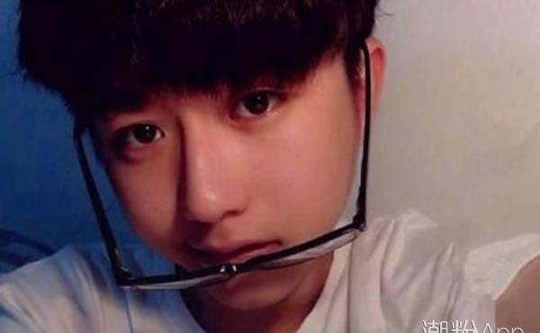 蔡徐坤小时候照片 连合照都站了C位