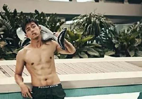 李现裸身晒腹肌照片展型男魅力 娱乐圈男星谁最好看