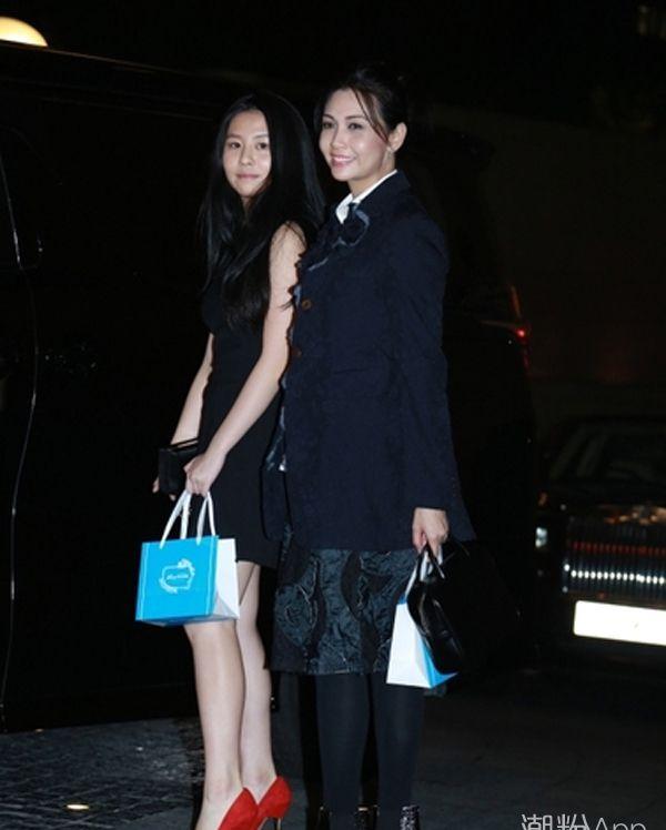 邱淑贞14岁女儿亮相 着短裙惊艳众人