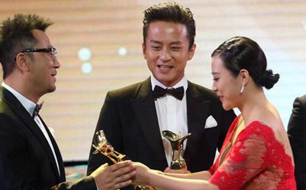 颁奖礼上邓超看了郝蕾 邓超表情复杂尴尬满满