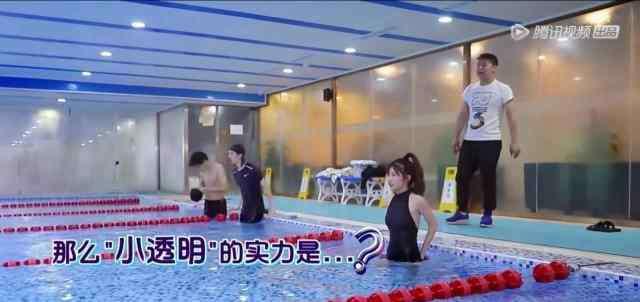 狗爬式美女 小美女狗爬式游泳到一半体力不支英雄救美未遂,原来是80