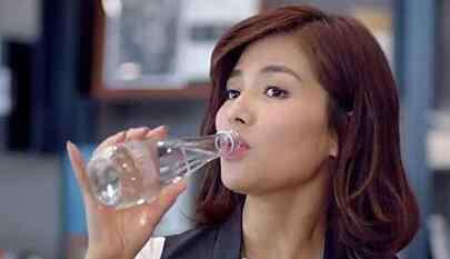 一什么水 欢乐颂安迪喝的水什么牌子?依云矿泉水多少钱一瓶