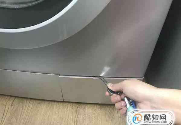 洗衣机下面的盖怎么打开 海尔滚筒洗衣机右下角过滤器门怎么打开