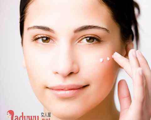 如何使用粉底液 粉底液怎么用效果更好 用这种方法上妆妆容更好看