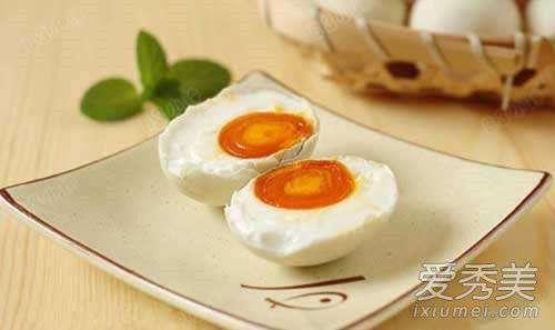 咸鸭蛋怎么腌制才出油 咸鸭蛋怎么腌制才出油 腌制咸鸭蛋的最佳方法