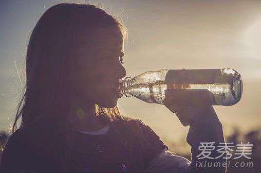 多喝水皮肤居然好了 皮肤暗沉因为你少做了这个 一早就喝水成美丽关键