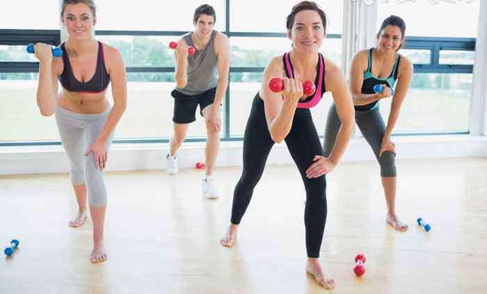 每天做几个俯卧撑才能练胸肌