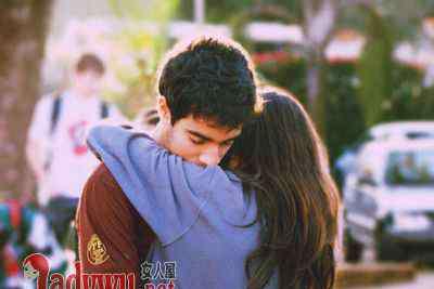 男人亲吻美女的嘴 男人接吻咬女人的嘴唇代表什么 男人为啥接吻喜欢咬嘴唇