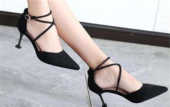 高跟鞋大了一码怎么办妙招 高跟鞋买小了一码有些挤脚怎么办 简单改鞋码的方法