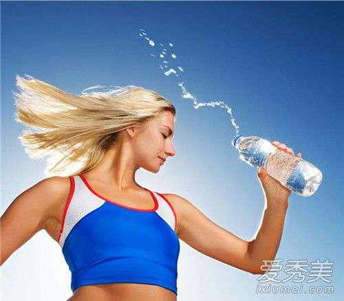 减肥喝水的最佳时间 减肥喝水大口还是小口 减肥喝水的最佳时间表