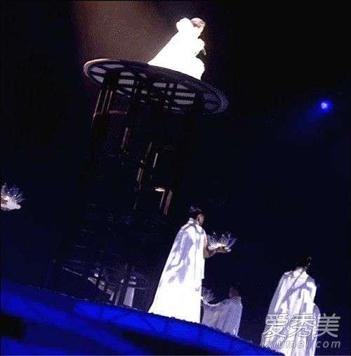 李玉刚个人演唱会 李玉刚演唱会舞台事故 短暂恐高闭眼半蹲完成演出