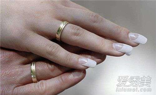 手指甲发黑是怎么回事 指甲变黑是癌症吗 指甲变黑是怎么引起的