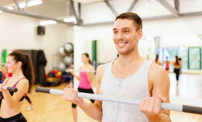 怎么用哑铃锻炼背部肌肉