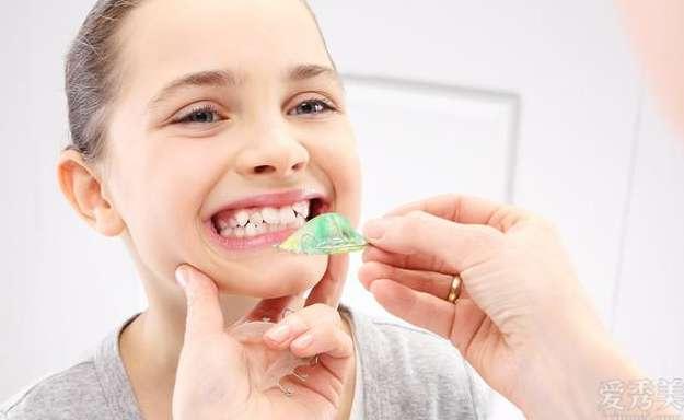 孩子换牙长歪了的图片 宝宝换牙为什么会出現牙长歪?这几个方面都搞好,小孩牙齐整又漂亮