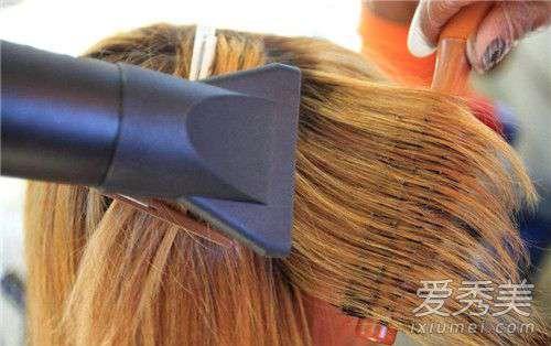 头发自然干好还是吹干好 洗完头发吹干好还是自然干好 吹头发对头发好吗