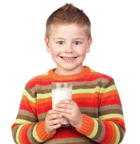 小孩喝什么牛奶好 鲜牛奶和纯牛奶哪个好 孩子喝奶要注意什么