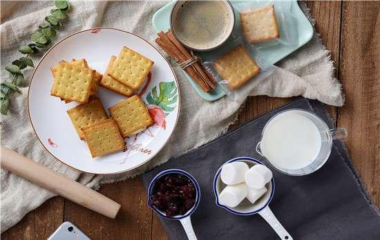 烤箱里面可以放瓷碗吗 烤箱可以用玻璃碗吗 什么碗可以放进烤箱