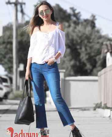 微喇牛仔裤 微喇牛仔裤配什么衣服最合适 微喇裤和哪款上衣有cp感