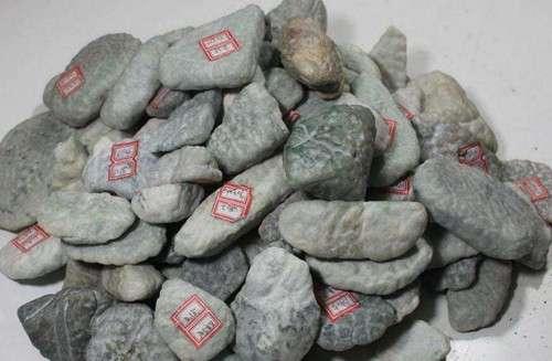 如何鉴别翡翠原石 各种翡翠原石图片 如何辨别购买翡翠原石
