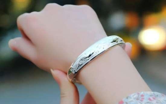 银手镯有什么功效和好处 银镯子一般带几个 什么人不适合戴银手镯