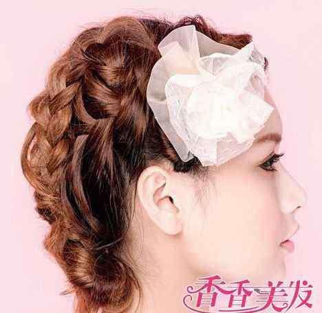 韩式麻花辫盘发 时尚又可爱的韩式麻花辫盘发步骤 韩式麻花辫盘发方法