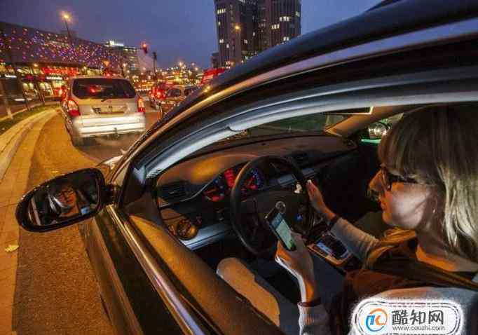 经常玩手机有什么危害 开车玩手机扣多少分 开车玩手机有什么危害