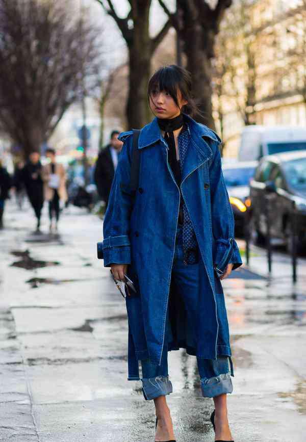 牛仔外套搭配图片 女牛仔风衣外套怎么搭配图片配什么裤子酷酷的街头休闲风