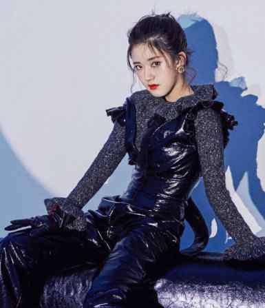 皮裤吧 赵露思:我不想穿裙子了,助理:换条皮裤吧,结果是不一般的时尚