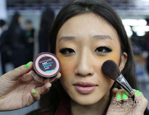 美宝莲潮妆学院 彩妆师后台揭秘 超模秀场流行彩妆
