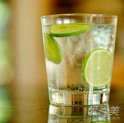 一天喝水减肥法 喝水减肥法 每天喝多少水才减肥?