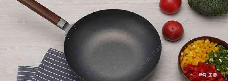 铁锅烧糊了上面黑的怎么去掉 锅被烧得很黑怎么洗干净 烧黑的锅怎么清洗