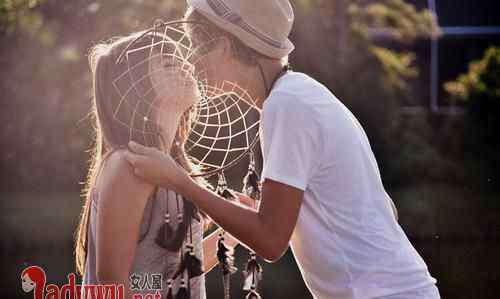 舌吻时候男生在想什么 喜欢舌吻你的男人心理 男人什么时候想要舌吻你