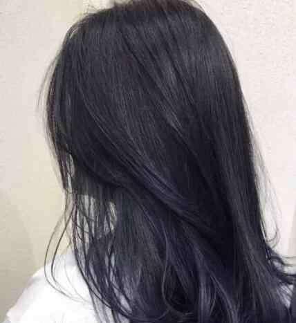 蓝黑色头发掉色过程 蓝黑色头发需要漂吗